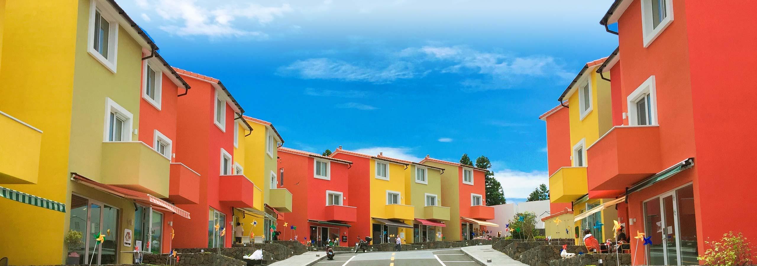 Foto: Brightly colored houses road © Park Dasol / Unsplash - https://unsplash.com/photos/hHdHCfAifHU
